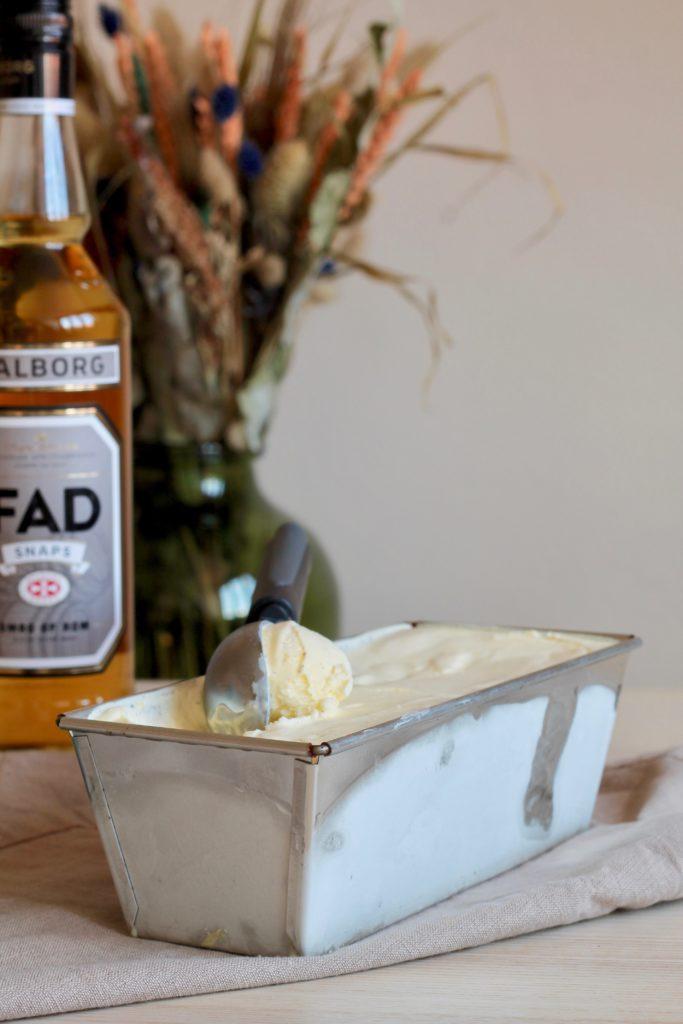 Hjemmelavet vaniljeis med marcipan og rom/snaps