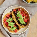 Vegetar tacos med bønner, tomatsalsa og avocado